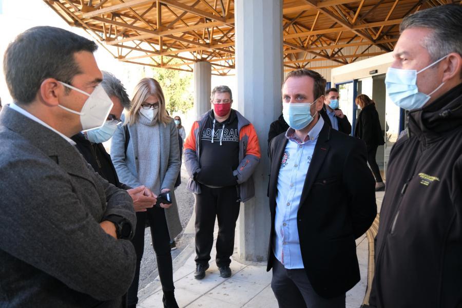 Γιατροί και νοσηλευτές στο νοσοκομείο Δράμας συζητούν με τον Αλέξη Τσίπρα
