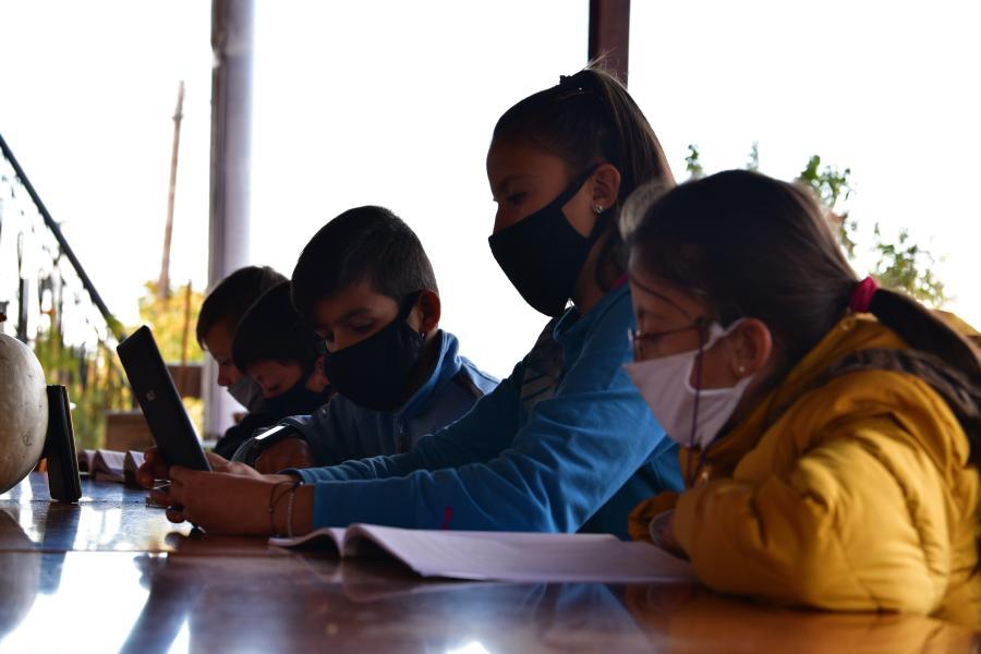 Τηλεκπαίδευση μαθητές σε λάπτοπ