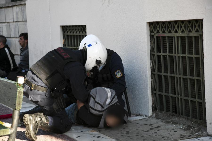 Αστυνομικοί κάνουν προσαγωγή