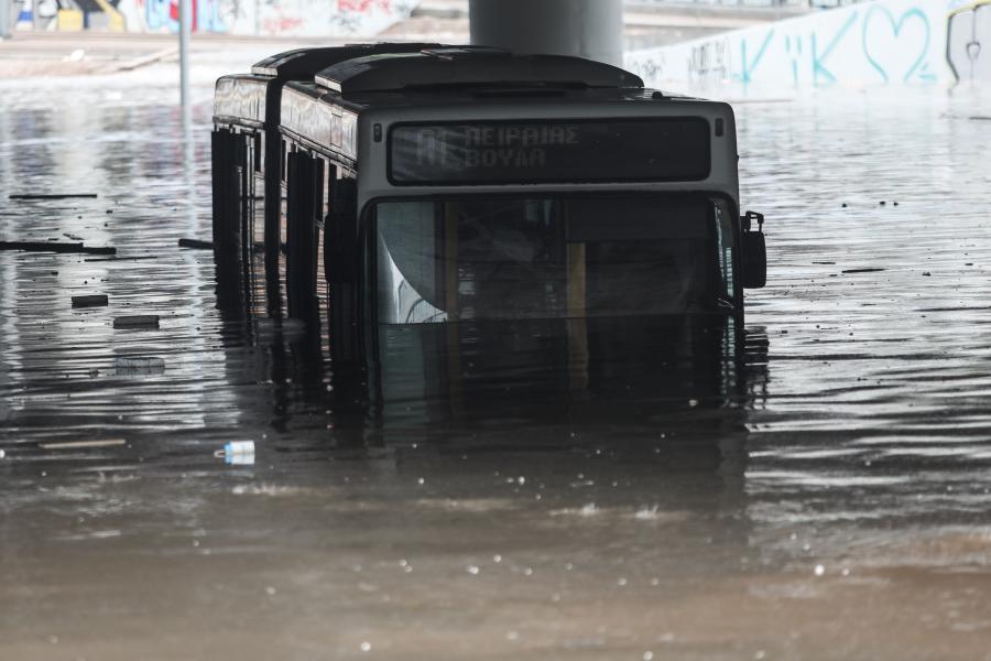Εγκλωβισμός λεωφορείου στην Αθήνα
