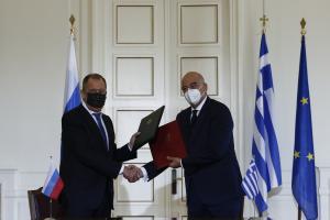 Ο υπουργός Εξωτερικών της Ελλάδας, Νίκος Δένδιας και ο υπουργός Εξωτερικών της Ρωσίας, Σεργκέι Λαβρόφ