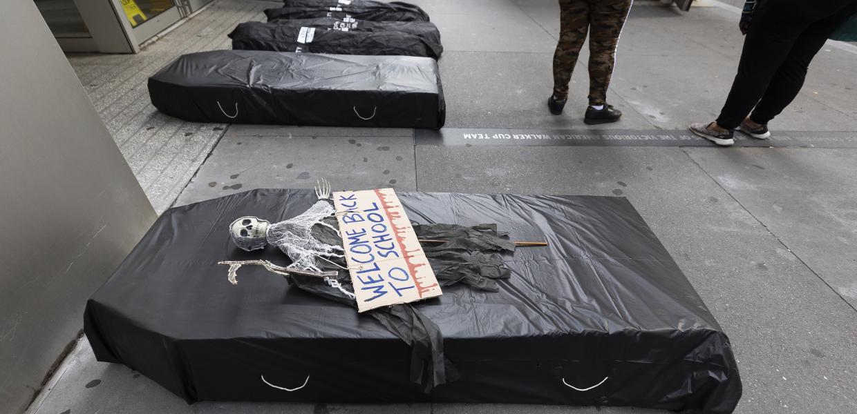 Διαμαρτυρία δασκάλων στη Νέα Υόρκη με ψεύτικα φέρετρα