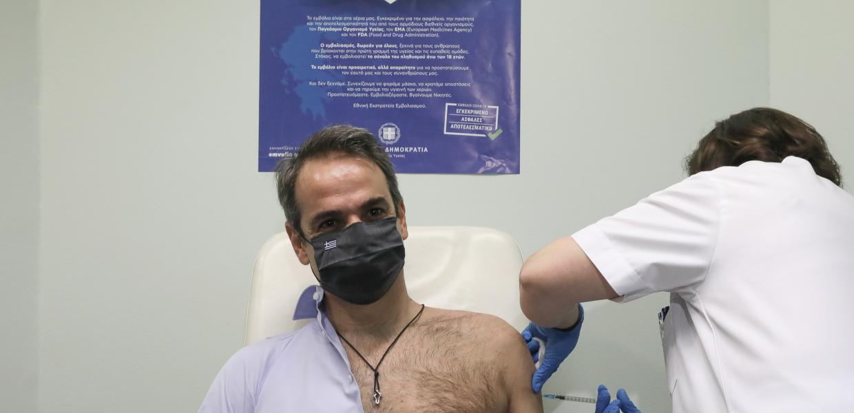 Εμβόλιο / Διεθνή μέσα τρολάρουν τον Μητσοτάκη για την γυμνόστηθη εμφάνιση στο «Αττικό» | Αυγή