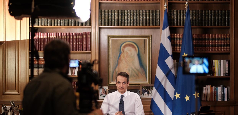 Ο Κυριάκος Μητσοτάκης κάνει δήλωση σε κάμερα