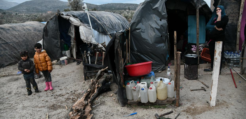 Guardian/«Εικόνες Μεσαίωνα στην Ελλάδα με νεκρό πρόσφυγα περιτριγυρισμένο από αρουραίους»